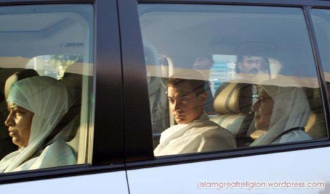 Aamir-Khan-leaves-for-Hajj-2012-pictures-pilgrimage-with-mother-191012121020112342