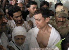 Aamir-Khan-leaves-for-Hajj-2012-pictures-pilgrimage-with-mother-20112228