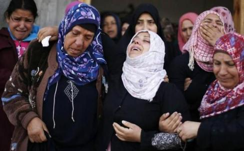 Palestinian women crying the death of a boy in Beit Hanoun on Friday Nov 16, 2012  (Reuters)