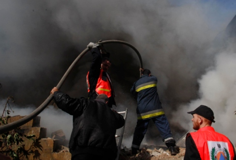 Nov 16, 2012 Gaza - sparked mass at a factory east of Jabalya after the fall of the blatant Israeli Photo: Hatem Moussa/WAFA