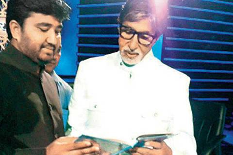 Haji Arfat Shaikh gifting the Quran Sharif to Amitabh Bachchan