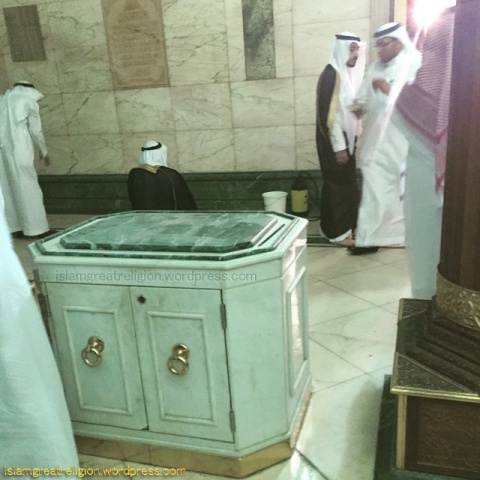 A table upon which Bakhoor (fragrance) is placed inside Kaba