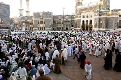 Muslim-pilgrims-wait-outside-Meccas-Grand-Mosque