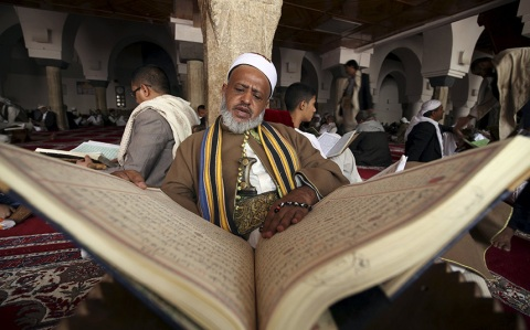 Muslims-around-the-world-celebrate-the-start-of-Ramadan-in-pictures-ramadan-Koran-at-t_3347723k